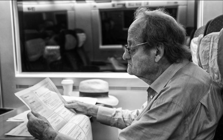 älterer Mensch beim Zeitunglesen. Foto von Jürg Stuker